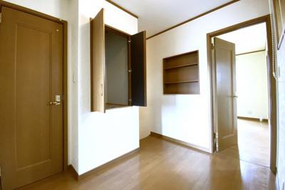 《2階ホール》2階のホールは広く、収納やトイレがあります。1階と2階にトイレがあるのでとても助かります。