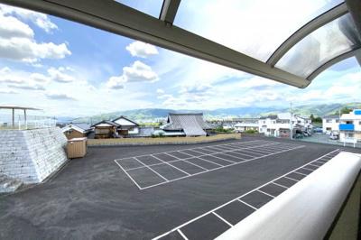 裏側《西側》は広い駐車場で建物はなく、陽当り・通風良好です!快適なポジションですね。