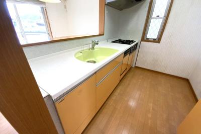 キッチンスペースはリビングから見えにくくなっており、生活感が隠せて来客時でも助かります。