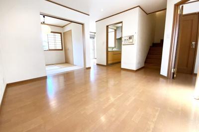 リビング続きに和室があり、扉を開放すれば20帖以上のスペースが確保されます。