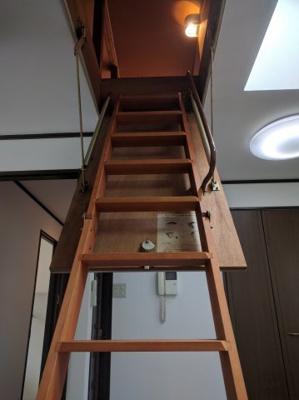 グルニエへは梯子で上がります