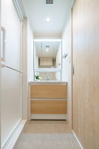 収納も兼ね備えた洗面化粧台も新規交換です