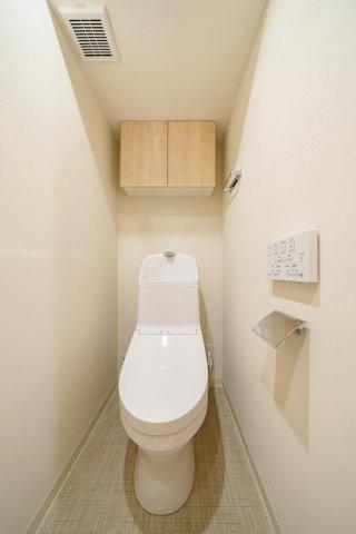 ウォシュレット一体型トイレも新規交換につき快適にお使いいただけます 上部には収納便利な吊戸棚を設けております