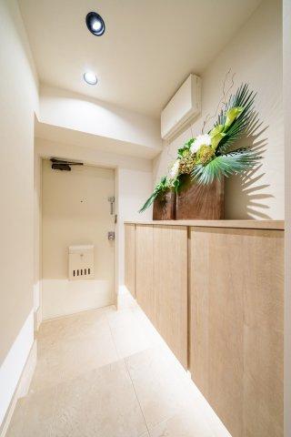 玄関廊下は高級感のある大理石貼りです 下足入れ、廊下収納で玄関周りがすっきりと片付きます