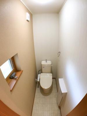 1階のトイレです♪アクセントパネルに小窓がオシャレです♪