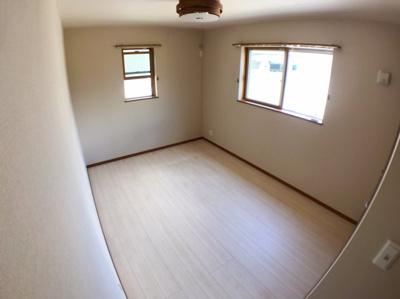 2階の6.5帖の洋室です♪家具の配置しやすいお部屋ですね♪