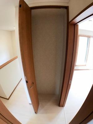 2階のホールの収納です♪