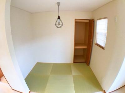 琉球調の半帖畳がオシャレなタタミコーナーです♪収納もありますね♪お子様とのお昼寝に便利です♪