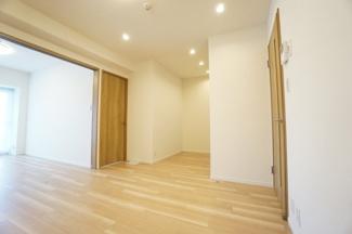 南側洋室との扉を開放することで明るく広々とした空間になります