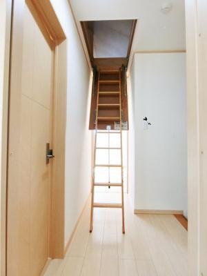 屋根裏収納へ上がる階段梯子がおろせます。