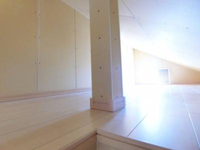 広々とした屋根裏収納スペースです。