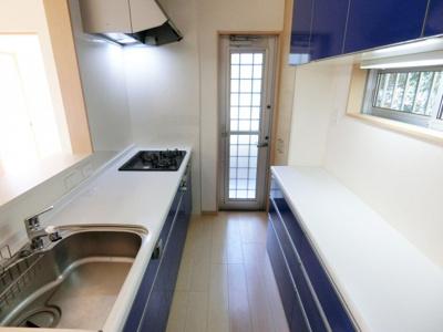 ブルーで統一されたおしゃれなキッチンです。