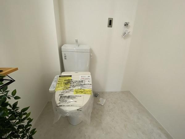 ウォシュレット付きトイレ!横には洗濯機置き場です♪