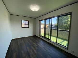 千葉市稲毛区小深町 中古一戸建て 四街道駅 南向きの、日当たりの良い洋室です。