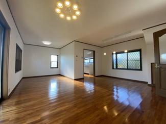 千葉市稲毛区小深町 中古一戸建て 四街道駅 ダイニングテーブルやソファを置いてもゆとりのある、広々リビングです。
