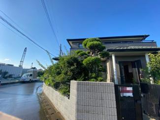 千葉市稲毛区小深町 中古一戸建て 四街道駅 前面道路はお車のすれ違いが余裕な6m道路となります。