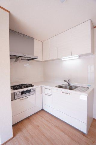 L字型システムキッチンは3つ口コンロでお料理が楽しくできますね。水廻りが集中していて家事動線が良く家事がスムーズにできますよ。