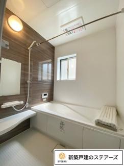半身浴や家族浴が楽しめる「エコベンチ浴槽 」の広々バスルーム。 床は微細な凹凸があるので滑りにくく、お子様も老後も安心です。無駄な隙間がないので面倒なお掃除も簡単にできます♪