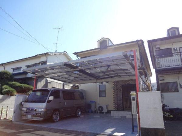 屋根付きで2台駐車可能です。