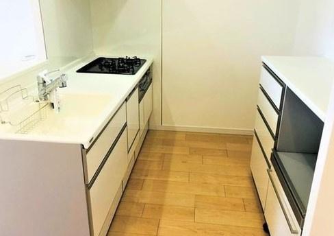 キッチンスペースは十分な広さでバックカウンターがあり細々した物の多いキッチンがスッキリとします