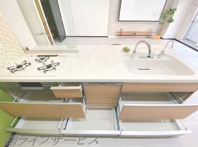 システムキッチンは使い勝手の良いスライド式収納です