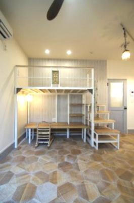 「デザイン性あふれる床材を使用した居室です」