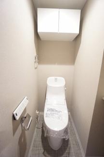 トイレ用品は上部の棚へ収納できます