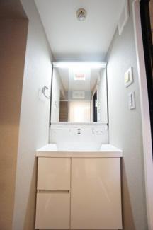 清潔感あふれるデザインの洗面化粧台です