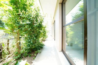 専用庭・テラス付です。植栽が通りからの目隠しをし、直射日光を遮ってくれます。
