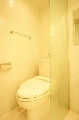 バス・トイレは同室ですが壁のあるタイプ