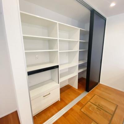 キッチン背面の収納棚!炊飯器を置けるスペースには専用の換気扇があり、設備が充実してい嬉しいですね♪