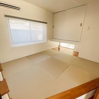和室スペースは小上がりになっており開放感があります♪収納下の小窓からの風景にもデザイン性があり素敵ですね♪