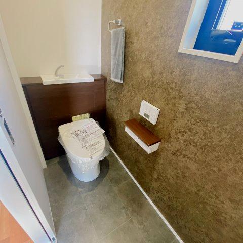 玄関先にトイレがあります♪