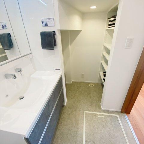 独立洗面台横の壁は磁石でくっつくタイプなので、タオルハンガーなど使う人に合わせて設置できて使い勝手がいいです♪