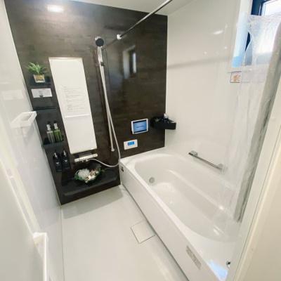 壁がホーローパネルなので磁石でくっつきます♪お風呂場でも棚をお好みのレイアウトで楽しめます♪