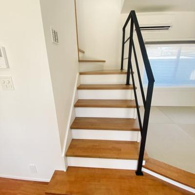 オープンの和室横に階段があり、見える段数も少なく圧迫感がありません♪