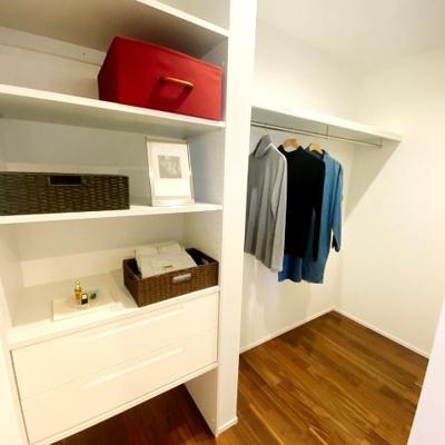 主寝室にあるウォークインクローゼットは広くて使いやすいので整理整頓がはかどります♪