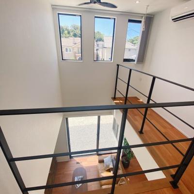 吹き抜けがあるので、2階から1階のリビングが見え、開放感があります。別々の階にいても家族との距離が近く感じますね♪