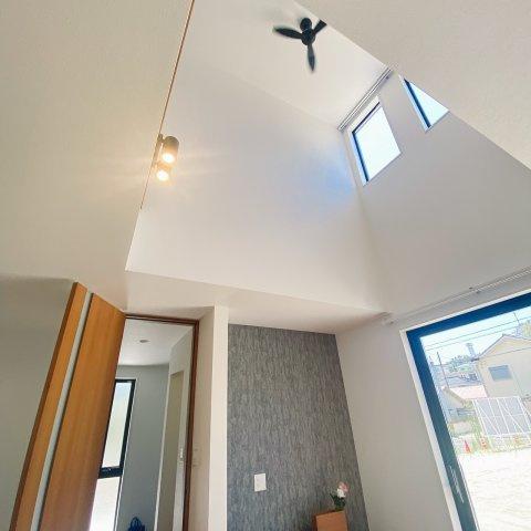 天井が高いので空間が広々としています♪