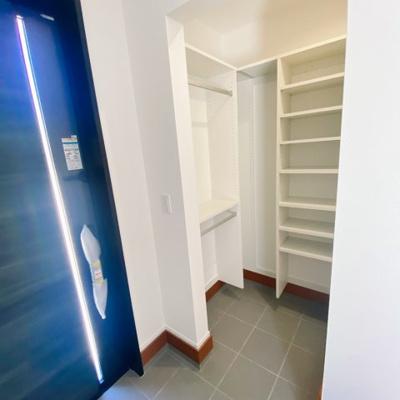 玄関にはシューズクロークがあり、スッキリ収納できます♪ハンギングもできるので、コートやジャケットは玄関で脱ぎ着できて便利ですね♪