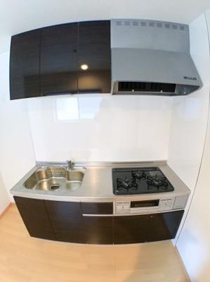 キッチンの写真です♪ 白色の壁に対しダークグレーのキッチンはシックで良いですね♪