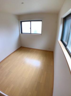 2階東側約5.3帖の洋室です♪ 2面採光の為とても明るいですよ♪