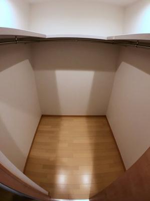 2階廊下にございますウォークインクローゼットになります♪ 収納スペースも広く棚もございますので上下に分けて様々な使用用途がありますね♪