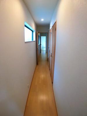 玄関からDKにかけての廊下の写真です♪ 廊下にも窓がございますので日が入りとても明るいですよ♪