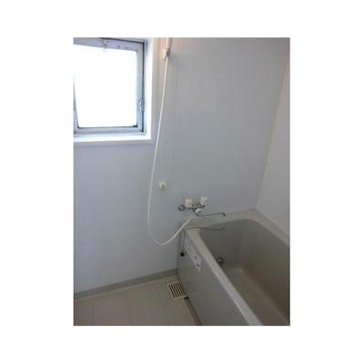 落ち着いた空間のお風呂です。追い焚き機能付き