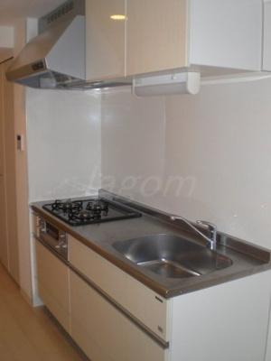 システムキッチン。3口IHコンロでグリル付き。