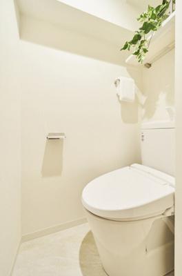 LIXIL製洗浄便座付トイレを新規設置しました。上部のカウンターにはトイレットペーパーのストックなどを収納でき便利です。