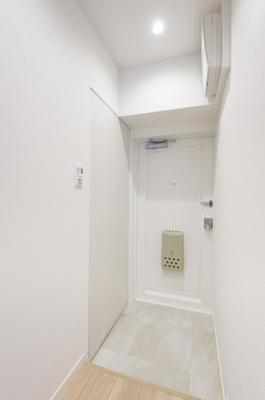 玄関には人感センサー付き照明が設置されています。両手がふさがっているときや暗い時間帯の帰宅時も快適です。