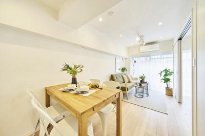 南西角部屋につき陽当たり・通風良好なリビングダイニングキッチン(約10.0帖)です。縦長のリビングで家具のレイアウトがしやすいお部屋です。