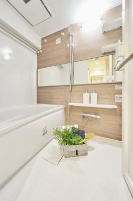 TOTO製追焚機能付ユニットバスを設置した浴室です。水はけがよく、カビの発生源である水滴や水たまりをカットし汚れが付きにくい床です。